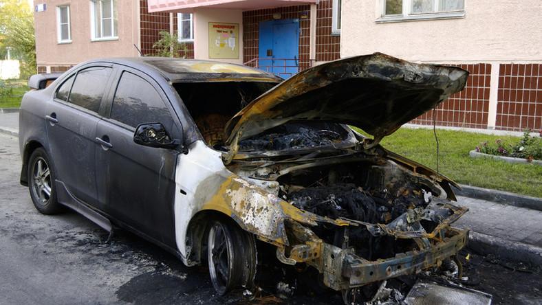 Videó: Hatalmas lángcsóva és füstoszlop kíséretében robbant fel és égett ki a két újpesti autó