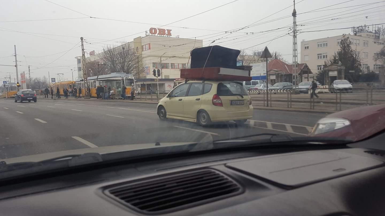 Ugye ilyet senki nem csinál? Felpókozták a lapostévét belülről az autó plafonjára – fotó