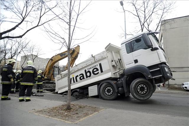 A Klapka utca egyszerűen elnyelt egy teherautót
