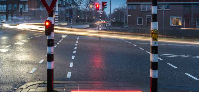 A hollandok döntöttek: megmentik a mobilozó gyalogosokat