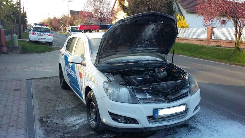 Kigyulladt egy rendőrautó menet közben Maglódon – helyszíni fotók