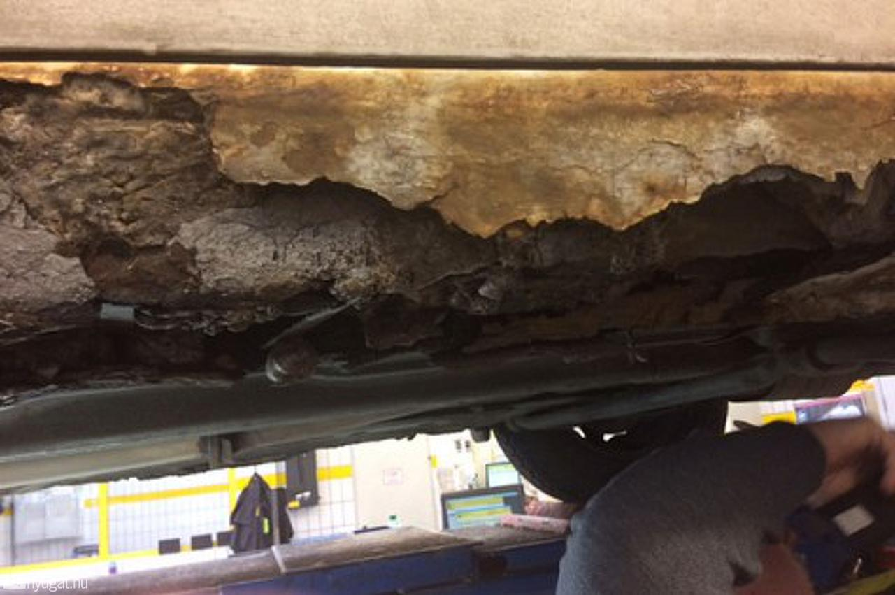 Betonnal öntötte ki a magyar sofőr a rohadó Suzuki alját