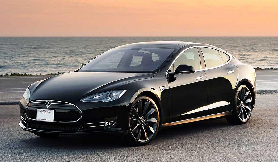 Félmillió Tesla lehet életveszélyes – Az autó magától gyorsít, akkor is, ha a sofőr ezt nem akarja