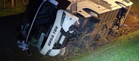 Felborult egy busz az M5-ösön – fotók