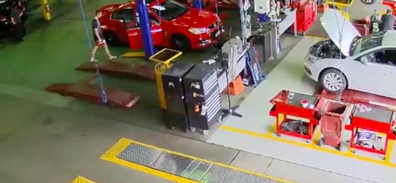Ehhez az autólopáshoz azért igen vastag bőr kellett – videó