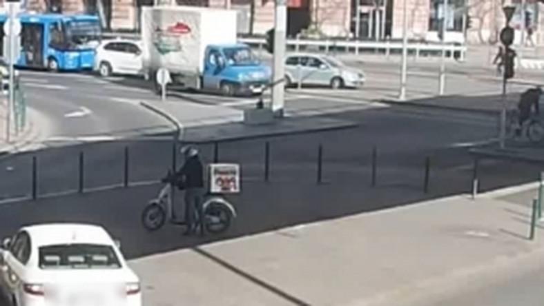 Keresik a motoros pizzafutárt, aki bántalmazott egy taxist a Nyugati téren – videó