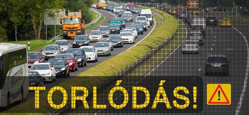 Újabb hármas csattanás az M7-esen, torlódik a forgalom