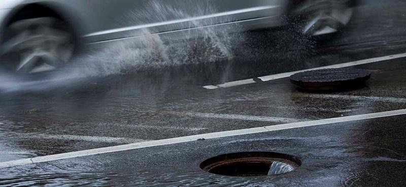 Ijesztő videó: így tört fel a víz a csatornából a viharban Szegeden
