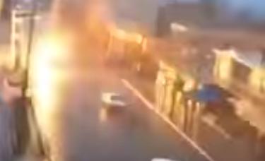 Ilyen, ha egy villám csap az autóba. Jó nagy villám! (VIDEÓ)