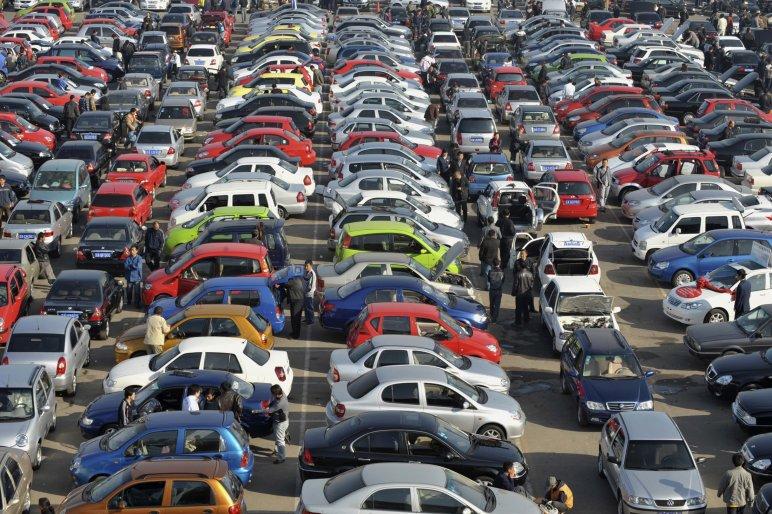 Több mint 300 autó adásvételi papírjával trükközött egy csaló páros