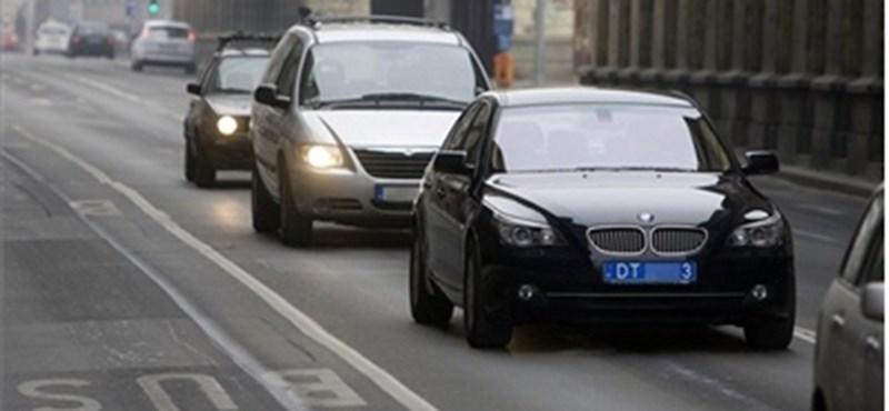 Jönnek az új kék rendszámok – csak az útdíjkezelő és a rendőrök nem tudták