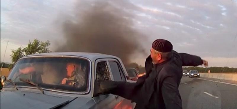 Komoly balesetet rögzített a kamera, hősiesen mentették a bajba jutottakat az autósok