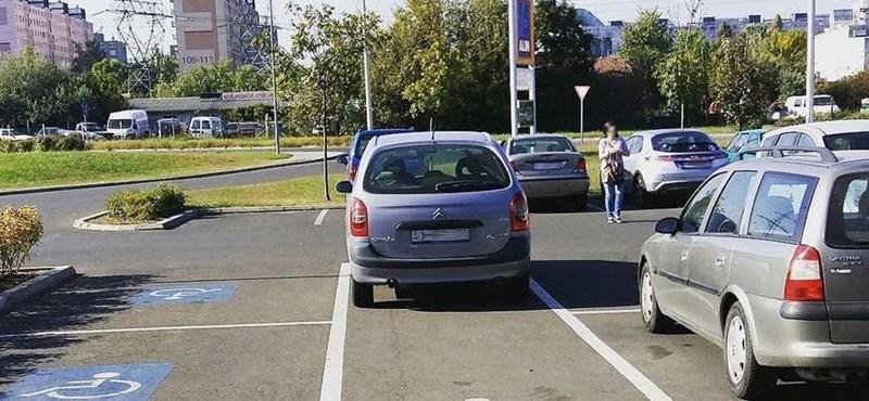 Hétköznapi KRESZ: van, aki a gyalogos útvonal piktogramját is családi parkolónak nézi