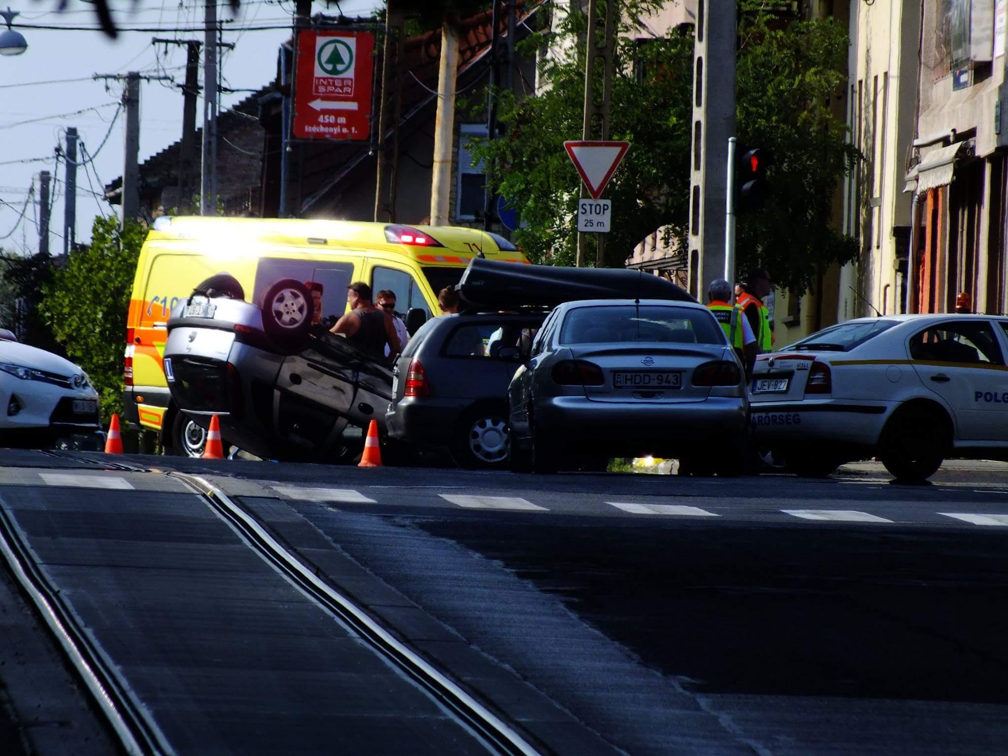 Frontálisan ütközött két autó Pesterzsébeten