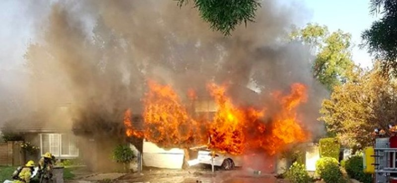 Házba csapódott a Tesla, óriási tűz keletkezett