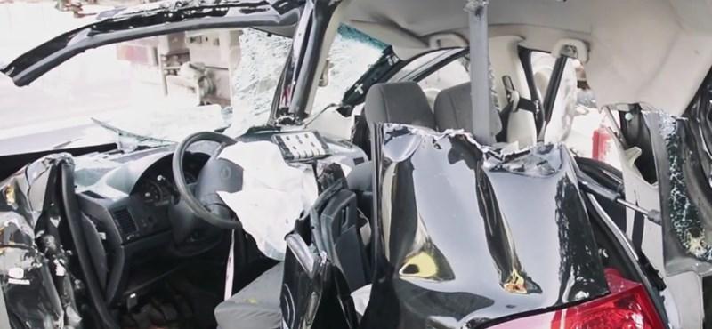 Videó: így mentették ki a nőt a roncsból a csúnya Bécsi úti baleset után