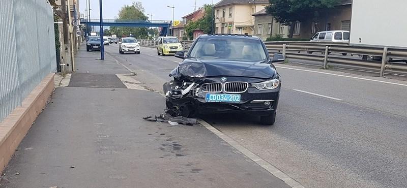 Balesetezett Putyin kíséretének egyik autója