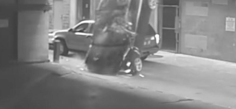 Durva baleset egy texasi parkolóházban – videó
