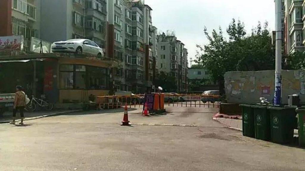 A háztetőn találta meg autóját a tilosban parkoló kínai nő