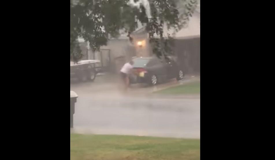 Kinek jut ilyen eszébe? Hatalmas vihar közben állt neki kocsit mosni