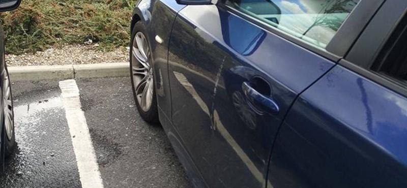 Ez a BMW-s szabályosan parkolt, mégis ő húzta a rövidebbet