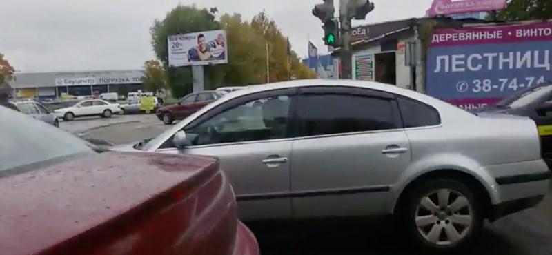 Ez az orosz gyalogos pontosan azt tette a zebrán álló autóssal, amit mindannyian szeretnénk – videó