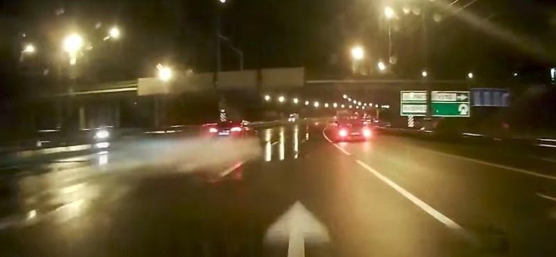 Ez történik, ha 100+ km/h-nál jön az aquaplaning – videó