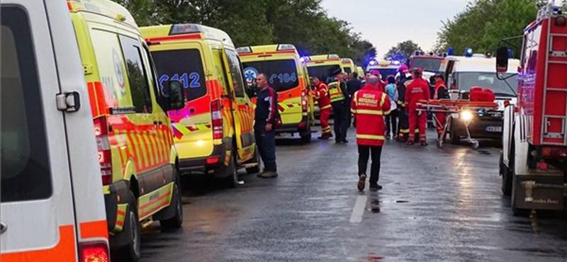 Rengeteg mentő, ripityára tört busz – fotók a 30 sérülttel járó baleset helyszínéről