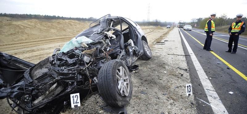 Megrázó képek érkeztek a balesetről, ami lebénította az M2-est