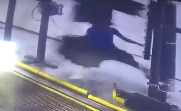 VIDEÓ: Elkapta az autómosó keféje a mosó dolgozóját
