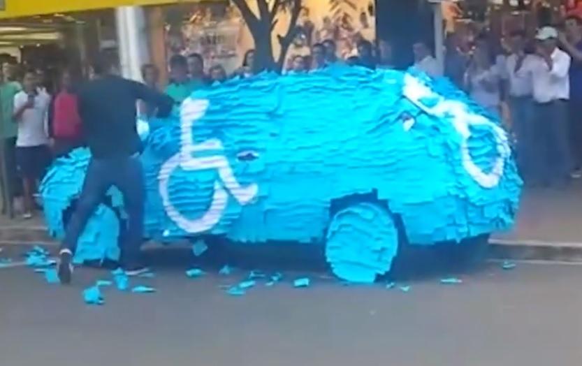 VIDEÓ: Hatalmas büntit kapott egy mozgáskorlátozott helyet jogtalanul használó autós