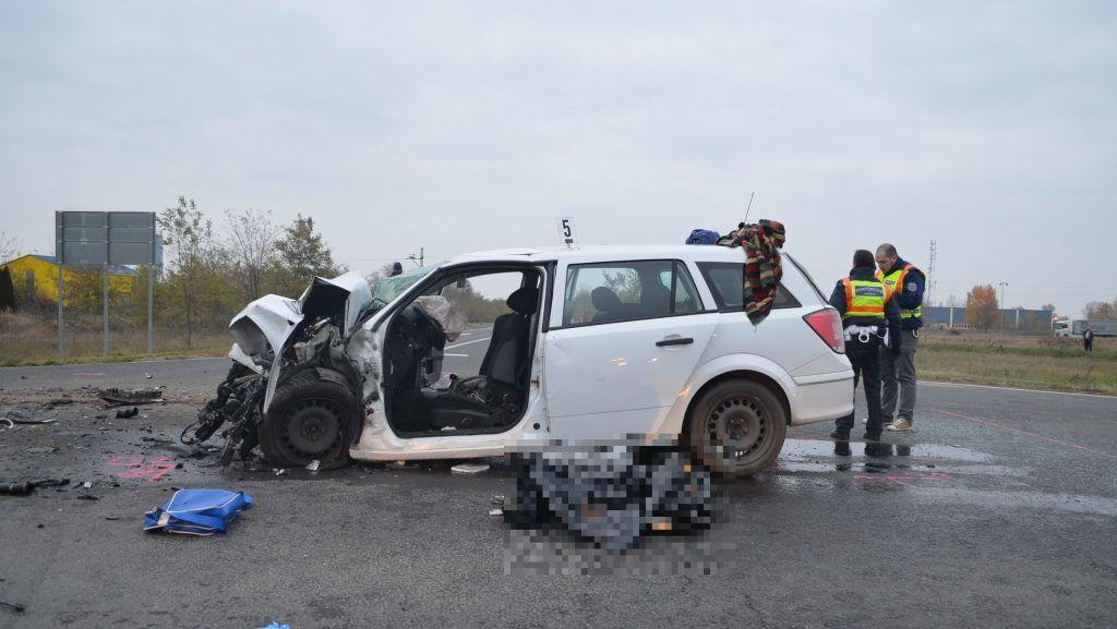 Egy autós meghalt, ketten megsérültek a 6-oson – helyszíni fotók