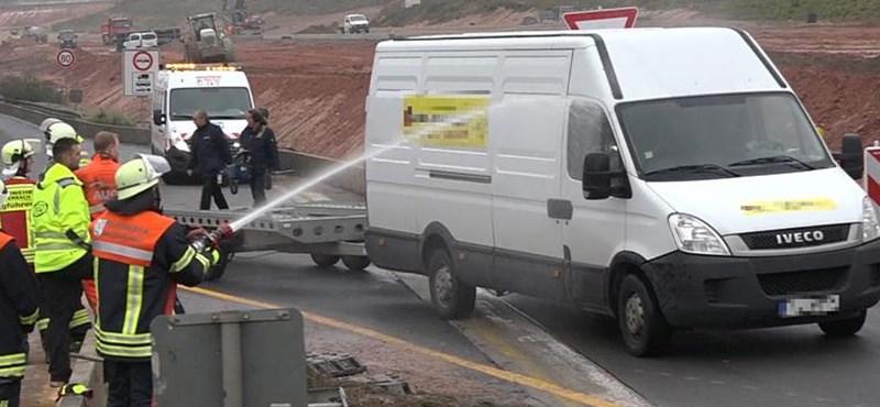 Elege lett a tűzoltóknak a súlyos balesetet videózókból, lelocsolták őket – botrány lett belőle