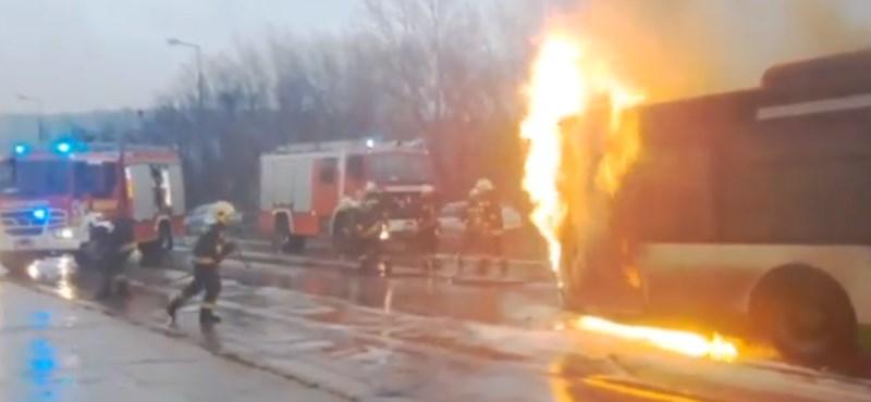 Hatalmas lánggal égett egy busz Tatabányán