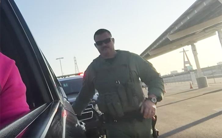 Miért tapogatja a rendőr az igazoltatott autójának a hátulját?
