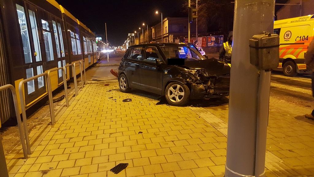 Fotók: Villamos ütközött személyautóval a Róbert Károly körúton