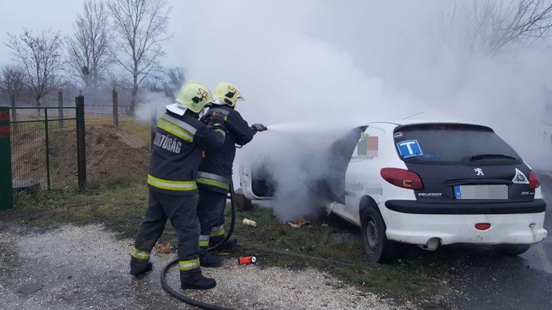 FOTÓK: Kigyulladt egy autó szerdán Budakalászon