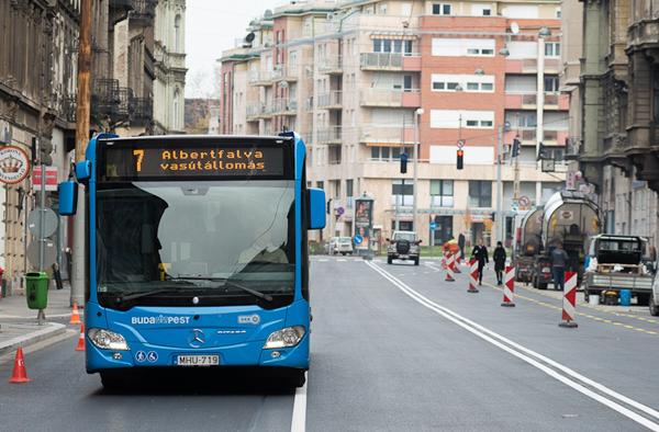 FOTÓ: Lebukott a csúcsforgalomban vezetés közben mobilozó budapesti buszsofőr
