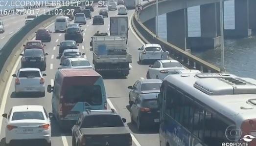 Talán ez lehet a nap videója: Elfogyott az üzemanyag, 3 kilométert akart hátragurulni a hídon