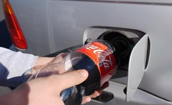 Kólát tölteni a tankba üzemanyag helyett, de mégis kinek jut ilyen őrültség az eszébe?