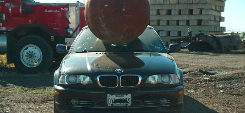 Ez történik az autóval, ha telibe kapja egy 4 tonnás faltörő golyó – videó