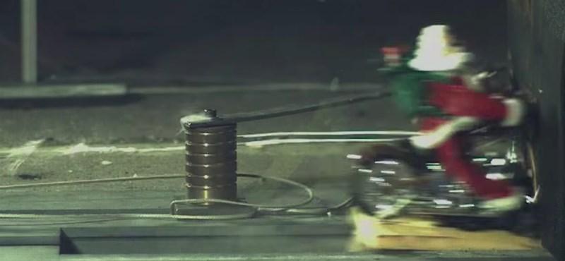 Ilyen, ha 200 km/h-val falnak csapódik a Mikulás – videó