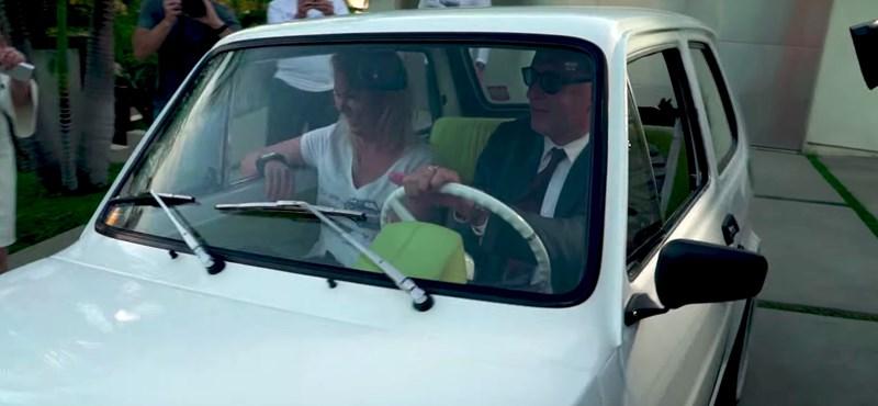 VIDEÓ: Így hajtotta meg az ajándék Kispolszkiját Tom Hanks