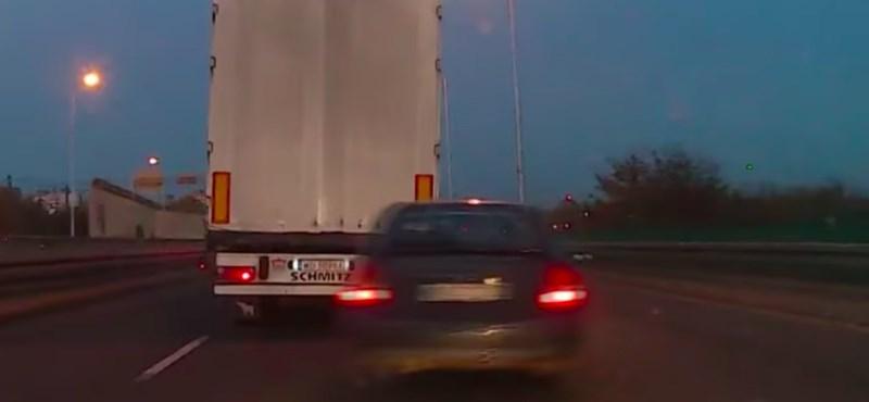 VIDEÓ: Szlalomozni próbált az autós a forgalomban, de csúnyán ráfázott