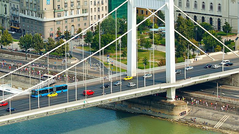 Furcsa ötlet- kitiltanák az autókat a Rákóczi útról és az Erzsébet hídról