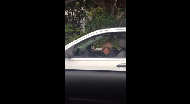 Hihetetlenül vicces műsort rendezett a kocsijában egy idős fickó