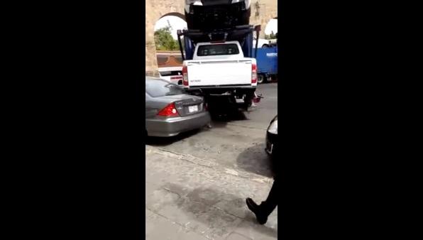 VIDEO: Így lehet egyetlen kanyarodással leszámolni egy rakás parkoló autóval