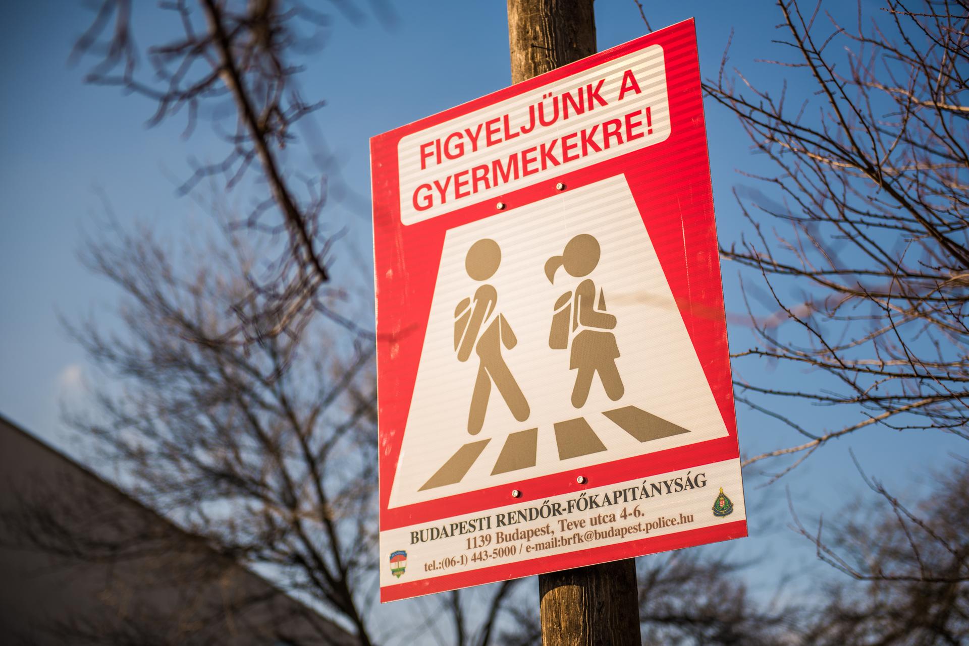Új közlekedési táblákat helyezett ki a rendőrség az iskolák és óvodák környékén