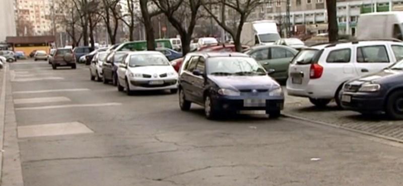 Különleges népszokás Újpalotán: egymás autóit tologatják parkolóhelyért a lakók