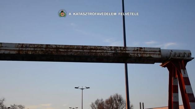 Videó: Leszakította egy kamion felépítményét a Ferihegyi repülőtérre vezető út magasságkorlátozó kapuja